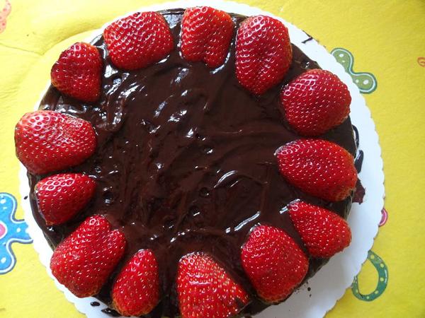 tort shokoladniy s klubnikoy