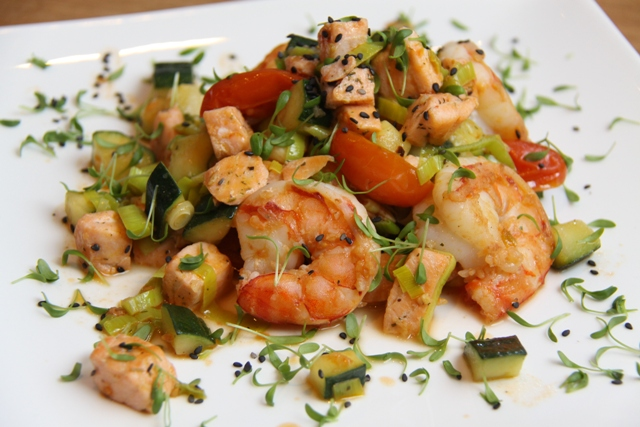 Пикантные креветки с лососем и овощами